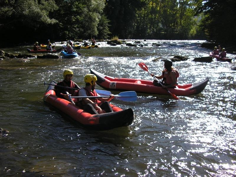 enfant en cano raft sur l'Aude