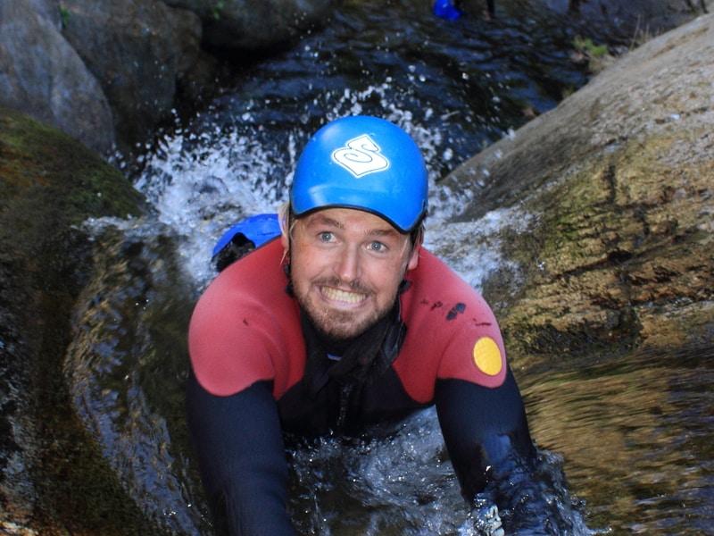 descente d'un toboggans lors d'une session de canyoning dans la vallée de l'Aude