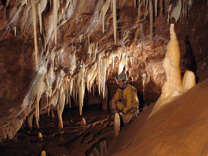 L'activité spéléologie dans la grotte de l'Aguzou