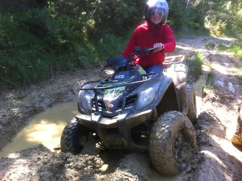 Jeune fille en quad dans la vallée de l'Aude