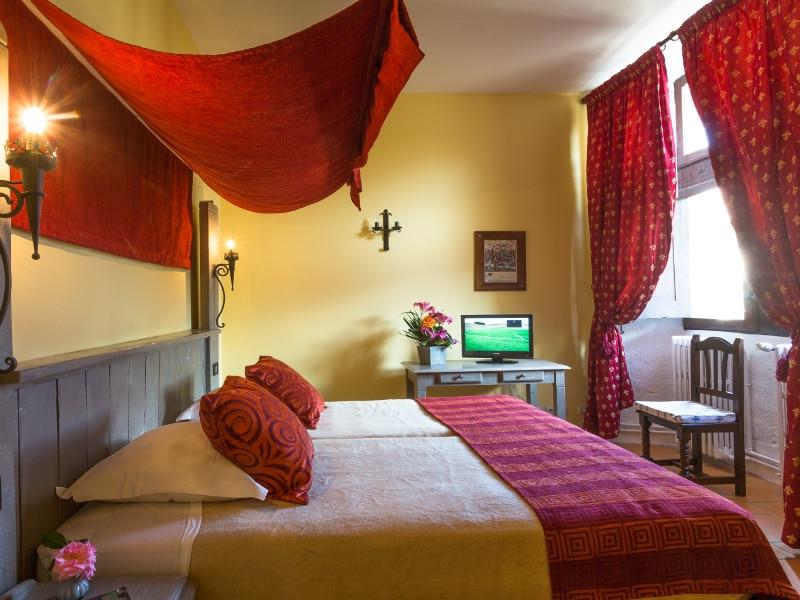 Chambre du château Cathare qui vous héberge lors d'un week-end canyoning dans l'Aude