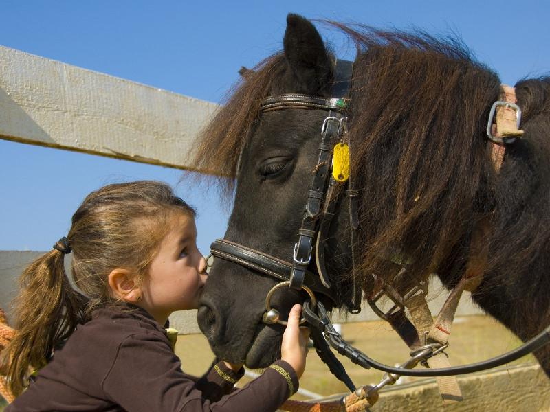 Petite fille en poney lors de l'equitation dans la vallée de l'Aude