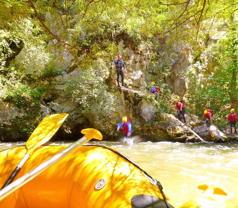 Rafting lors d'une journée eau vive dans l'Aude