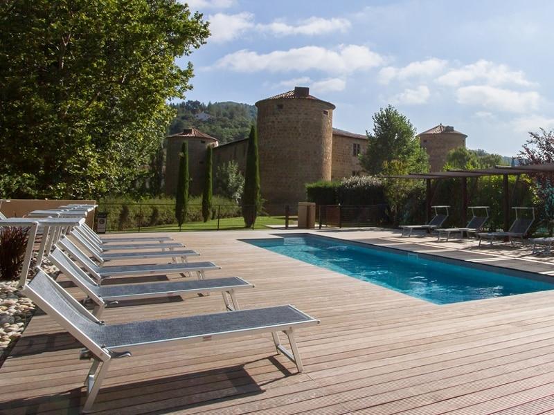 picine du chateau cathare qui vous heberge lors d'un week-end-rafting dans l'Aude